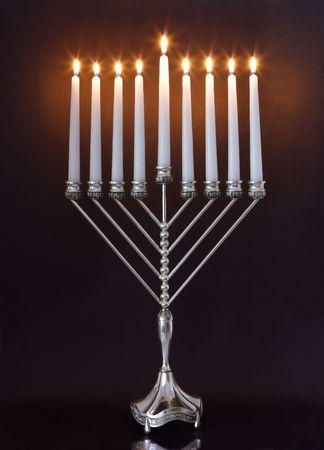hanoukia: Argent Hanukkah bougies tous lite bougie sur la menorah d'Hanoukka traditionnels Banque d'images