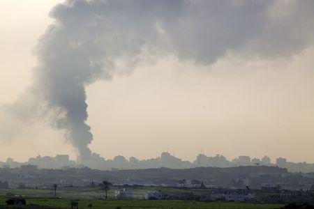 Israeli–Palestinian conflict. Smoke over Gaza strip after the Israeli army air strike 15/01/2009 Standard-Bild