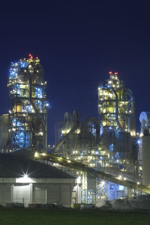 chemical plant: Deel van de chemische fabriek in Nacht Redactioneel