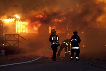 Silhouette der Feuerwehrleute Standard-Bild