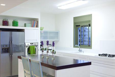 cuisine de luxe: Cuisine de luxe blanc dans une nouvelle maison moderne
