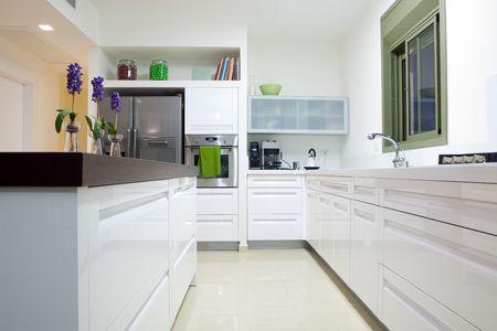 Cocina de diseño moderno con elementos de madera y blancos