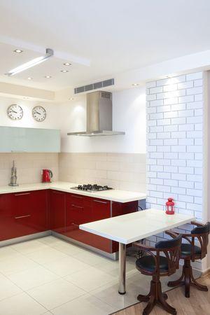 cuisine de luxe: Cuisine de luxe avec des �l�ments en rouges et en marbre