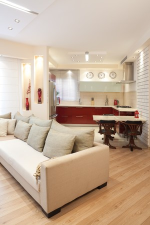 Modernes Design-Wohnzimmer und Küche-weiß-roten und Holz Elemente  Lizenzfreie Bilder