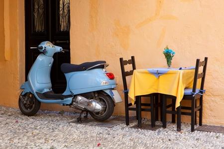 ロードス島ギリシャで青いヴィンテージ スクーター