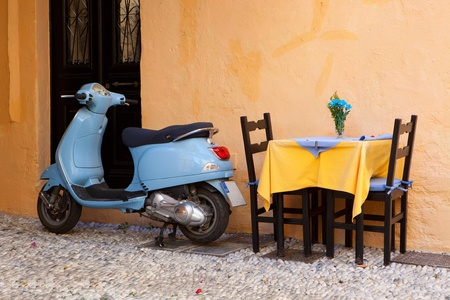 vespa: Blauwe vintage scooter in Rhodes Greece