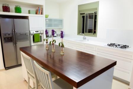 Modernes Designküche mit weißen und Holz-Elemente