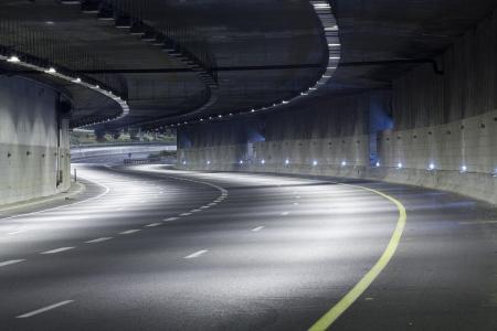 トンネル: 夜の空高速道路 写真素材