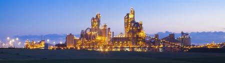 chemical plant: Panorama van de chemische fabriek bij zonsondergang