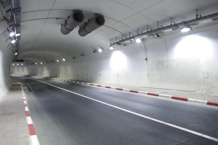 tunel: Interior del túnel urbano sin tráfico