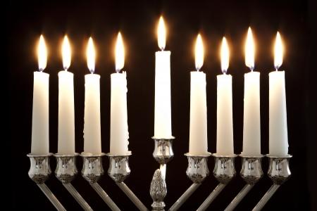 銀 Hanukkah 蝋燭すべてキャンドル lite は、伝統的なハヌカ本枝の燭台