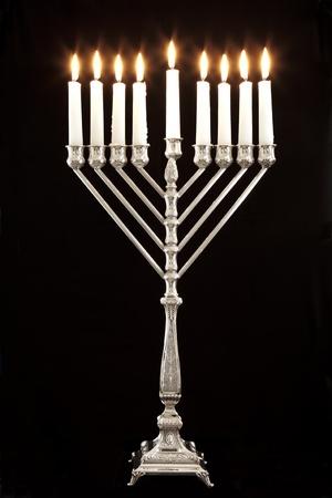 Silber Chanukka-Kerzen Kerze lite alle auf dem traditionellen Chanukka-Leuchter