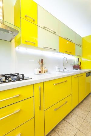 黄色と緑の要素とモダンなデザインのキッチン