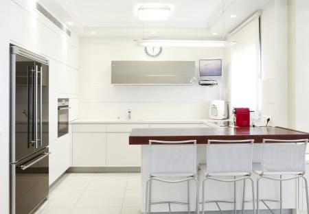 azulejos cocina: Cocina de dise�o moderno con elementos blancos Nota a los evaluadores: imagen original en la pantalla del televisor fue reemplazado por uno de mis im�genes.