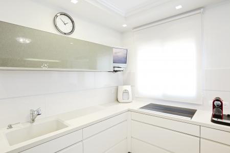 白い要素とモダンなデザインのキッチン校閲者へのメモ: テレビ画面でオリジナルの画像は私のイメージの 1 つと置き換えられます。