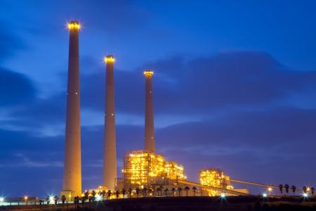 electricidad industrial: Planta de energía en la noche