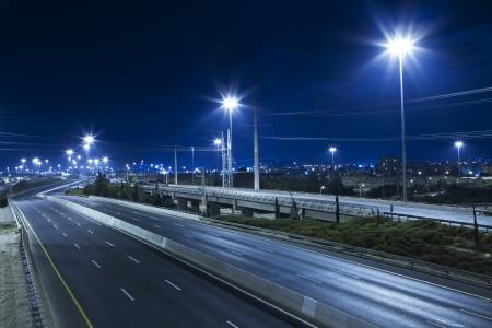 Światła: Pusta autostrada w nocy