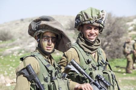 イスラエル - 2012 年 2 月 2 日;イスラエル国防軍の訓練の間にイスラエルの空挺部隊旅団 報道画像
