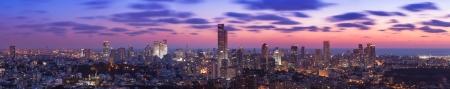 テル ・ アビブおよび日没時ラマトガン スカイライン