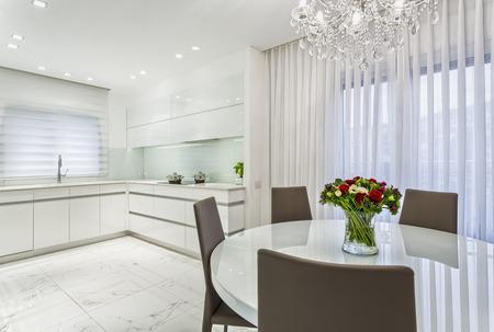 ダイニング ルームとキッチン - Whait 色の豪華なデザイン