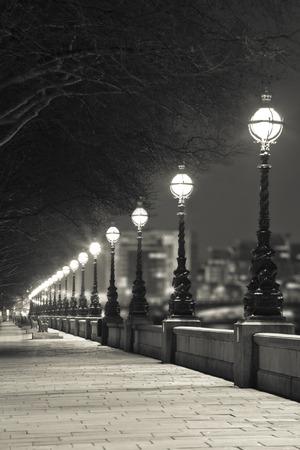 セピア色、英国ロンドンで通りの夜浅いフォーカス