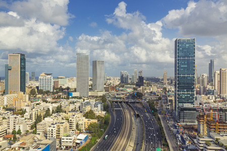 テル ・ アビブ街のスカイラインや曇りの日でアヤロンを高速道路 写真素材