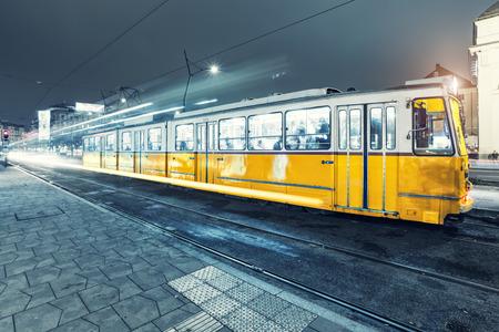 modrý: Stará tramvaj v centru Budapešti, staré tramvaje na nádražích v Budapešti. Černý a bílý Reklamní fotografie
