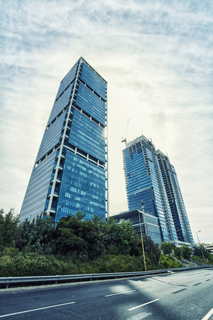 Looking up  / Bottom view of modern skyscrapers Standard-Bild