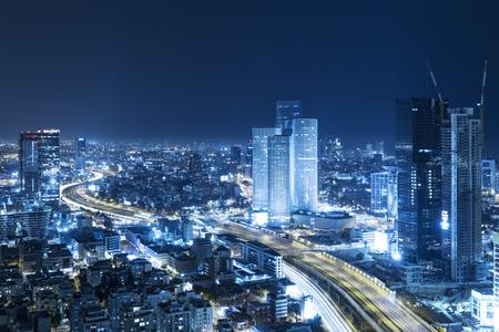 Tel Aviv Skyline 's nachts, Skyscraper en Ayalon Freewayjourney Stockfoto