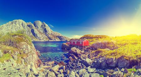 Red Classic Norwegian Rorbu fishing huts with on Lofoten islands, Norwegian traditional type of house used by fishermen Standard-Bild