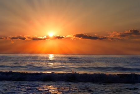 썬은 불가리아 검은 바다에 광선; 좋은 구름과 함께 아침 바다.