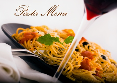 restaurante italiano: Pasta y vino un disparo adecuado para el men� del restaurante Foto de archivo