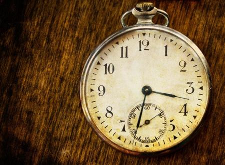 reloj antiguo: viejo reloj pcture de la vendimia en la madera de fondo