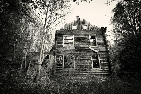 Przód strasznym starym domu - vintage czarno-biały wersja
