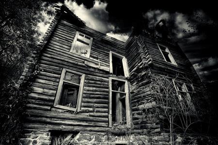 abadoned upiorny dom w czerni i bieli Zdjęcie Seryjne