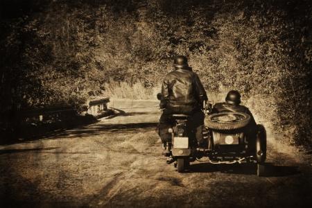 casco moto: Vintage moto motorista en la carretera