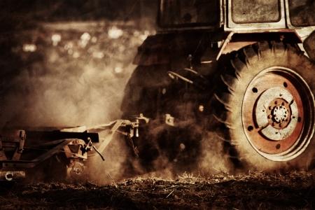 traktor: vintage Landwirtschaft industriellen Hintergrund im Herbst Zeit Lizenzfreie Bilder
