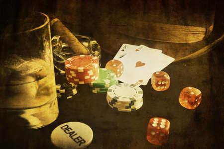 jeu de carte: image conceptuelle poker vintage avec carte et pari puce Banque d'images