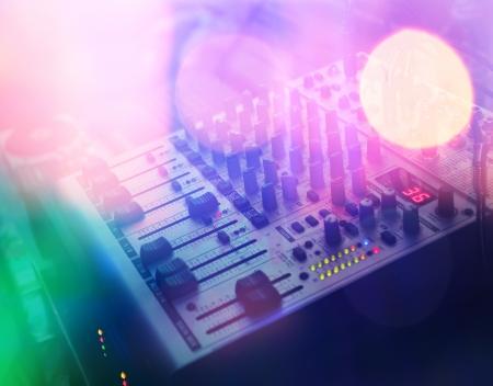 close-up mixing console dj nel colorato disko notte Archivio Fotografico