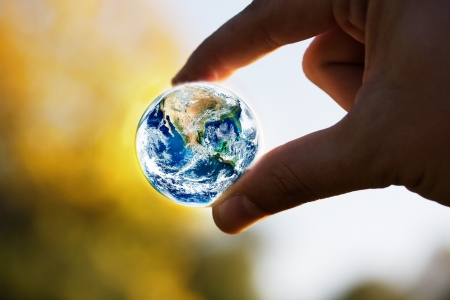 calentamiento global: guardar el concepto de planeta con la mano humana