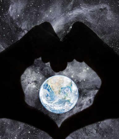 amor al planeta: concepto de amor planeta con manos humanas Foto de archivo