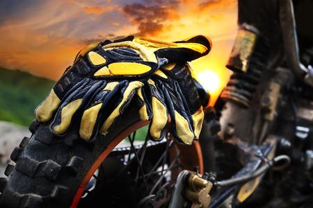 jinete: detalles byke suciedad sobre el Sunset- HDR alto fondo del deporte del motor en contraste Foto de archivo