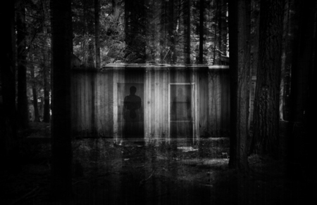 abstract dubbele exposured horror achtergrond met ruïnes in donker bos en spookachtige schaduwen. Sommige ruis toegevoegd voor sterker horror effect
