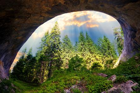"""arcos de piedra: Magnífico paisaje de los arcos de piedra natural o """"puentes maravilla"""" en las montañas Rhodopi, Bulgaria"""