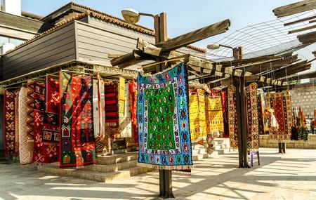 Alle Arten von Teppichen HANGIN vor Gesch�ft in der alten Basar in Skopje Editorial