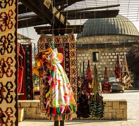 Teppiche und Schals hagning auf astring im Alten Bazaaar in Skopje