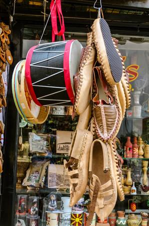 Drums, traditionellen Schuhe und Tamburin h�ngen an einer Schnur vor einem Gesch�ft in der alten Basar in Skopje Editorial
