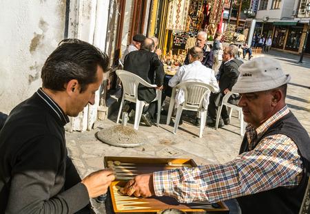 Zwei adoult M�nner spielen Brettspiel in der Gasse in der alten Basar in Skopje