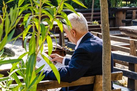 Erwachsener Mann liest Zeitung