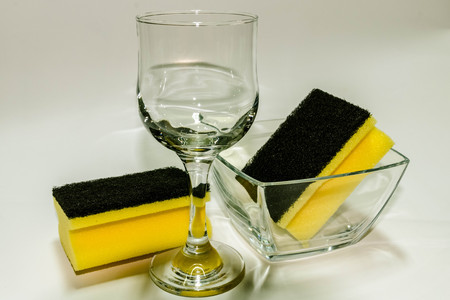 Weinglas, zwei Schw�mme und eine Glasschale auf wei�em backgrround Lizenzfreie Bilder